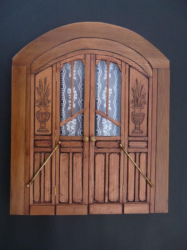 Tout d'abord une photo de la porte principale ( celle qui est ma préférée ) côté terrasse. Sur ce cliché, cette paroi avec sa porte à doubles-battants est complètement terminée. Tous les détails sont directement inspirés de la photo d'une roulotte réelle qui se trouve dans le livre de Jeanne Bayol :