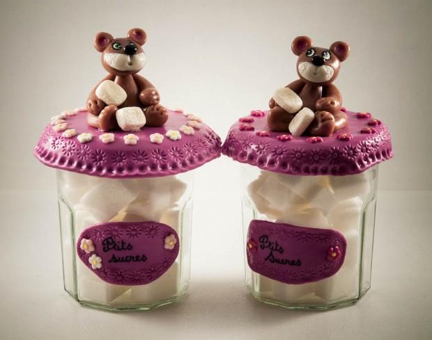 Deux oursons facétieux prennent soin des cubes de sucre blanc qui leur sont confiés.