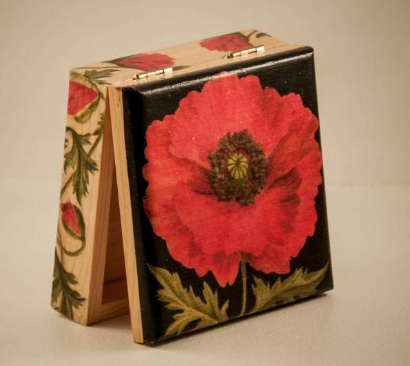 Boîte 12 x 12 cm décorée avec des serviettes coquelicots