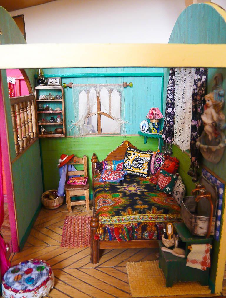 La chambre quasiment achevée, sans le meuble (afin de mieux voir en photo le petit panier dans l'angle au fond à gauche)
